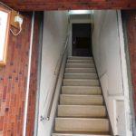 階段 上がって 正面ドア(外観)